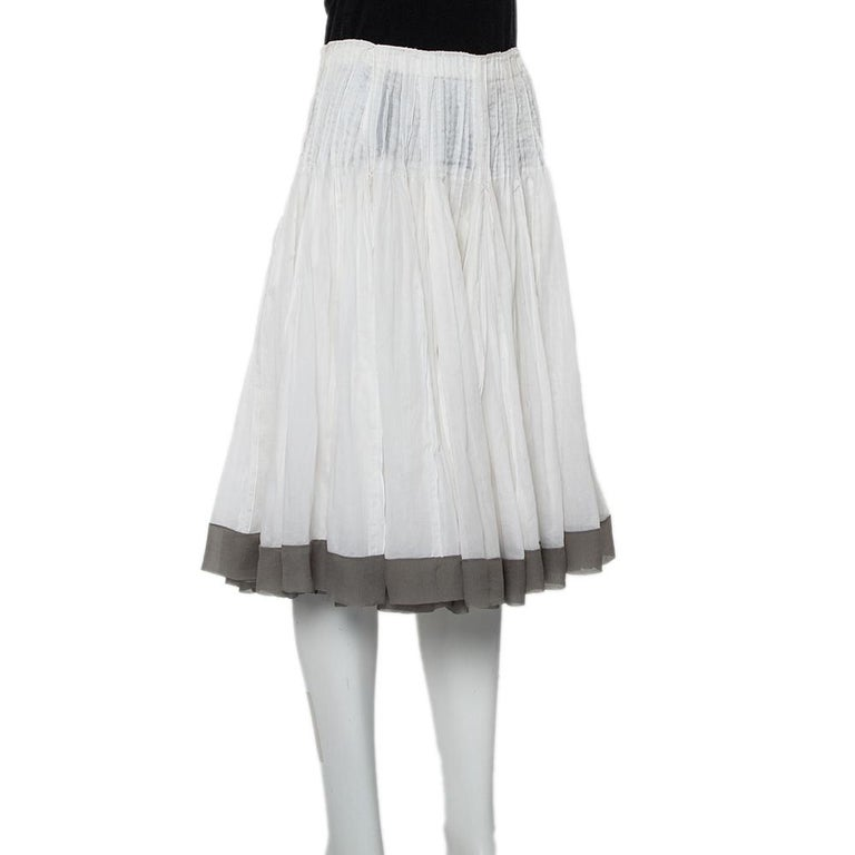 Simple, stylish, and easy to style, this Prada Vintage skirt is a closet must-have! It has been made from cotton in a white shade and is perfect for your summer closet. The creation is finished off with pleats and contrast trim details.