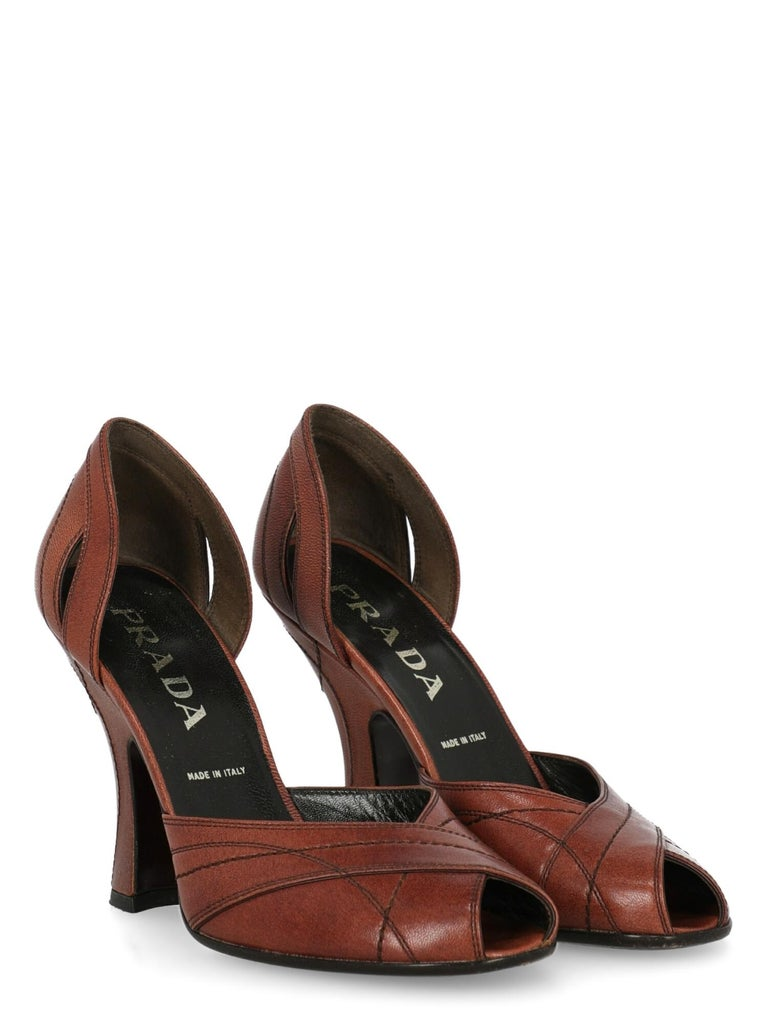 Shoe, leather, solid color, open toe, branded insole, tapered heel, high heel.  Product Condition: Very Good Sole: visible signs of use. Upper: negligible stain. Insole: negligible generic residues.  Measurements: Heel height: 11