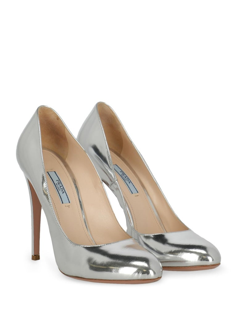Shoe, leather, solid color, metallic effect, round toe, branded insole, tapered heel, high heel.  Includes: - Dust bag  Product Condition: Very Good Sole: visible signs of use. Upper: negligible stain, slightly visible scratches. Insole: negligible