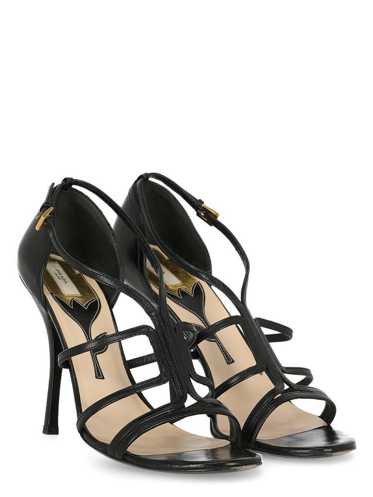 Shoe, leather, solid color, buckle fastening, gold-tone hardware, branded insole, tapered heel, high heel.  Includes: - Dust bag  Product Condition: Very Good Sole: visible signs of use. Upper: slightly visible scratches. Insole: negligible generic
