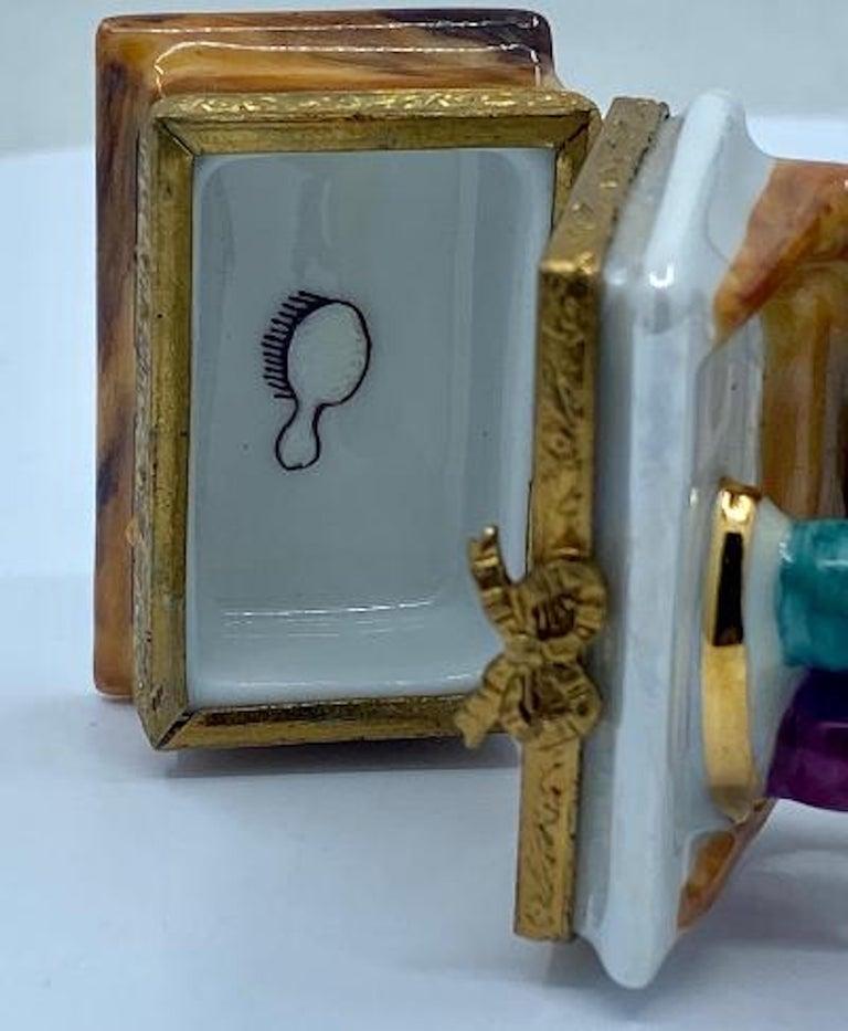 Pretty Limoges France Hand Painted Vanity or Dresser Porcelain Trinket Box For Sale 1