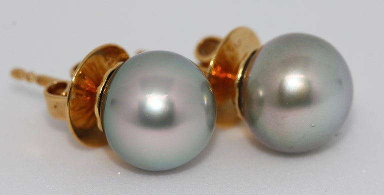 Pretty, natural Tahiti pearl stud earrings. 18ct gold.  The diameter of a pearl is approx. 9mm.