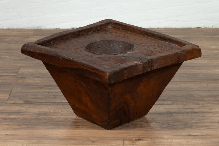 An antique wood Indonesian planter of rustic appearance from the early 20th century. Born in Indonesia and probably created to be a mortar used to store or grind up food, this wooden planter charms our eyes with its simple appearance and nicely