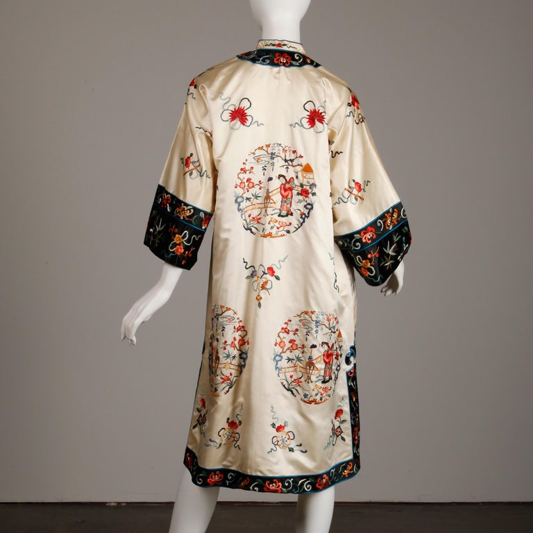 Pristine 20th C. Vintage Chinese White Embroidered Figures + Flowers Silk Robe  For Sale 1
