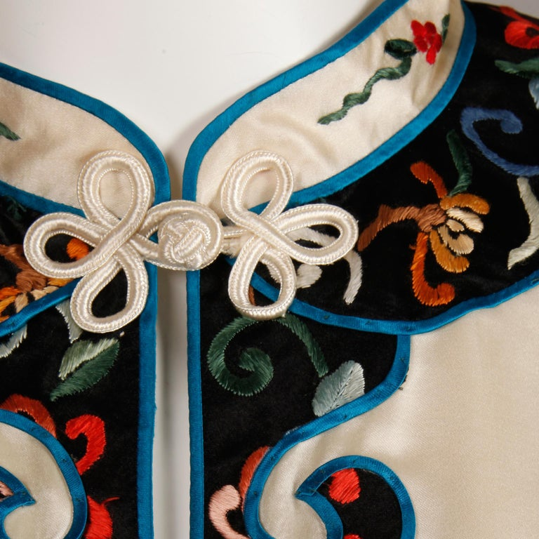 Pristine 20th C. Vintage Chinese White Embroidered Figures + Flowers Silk Robe  For Sale 2