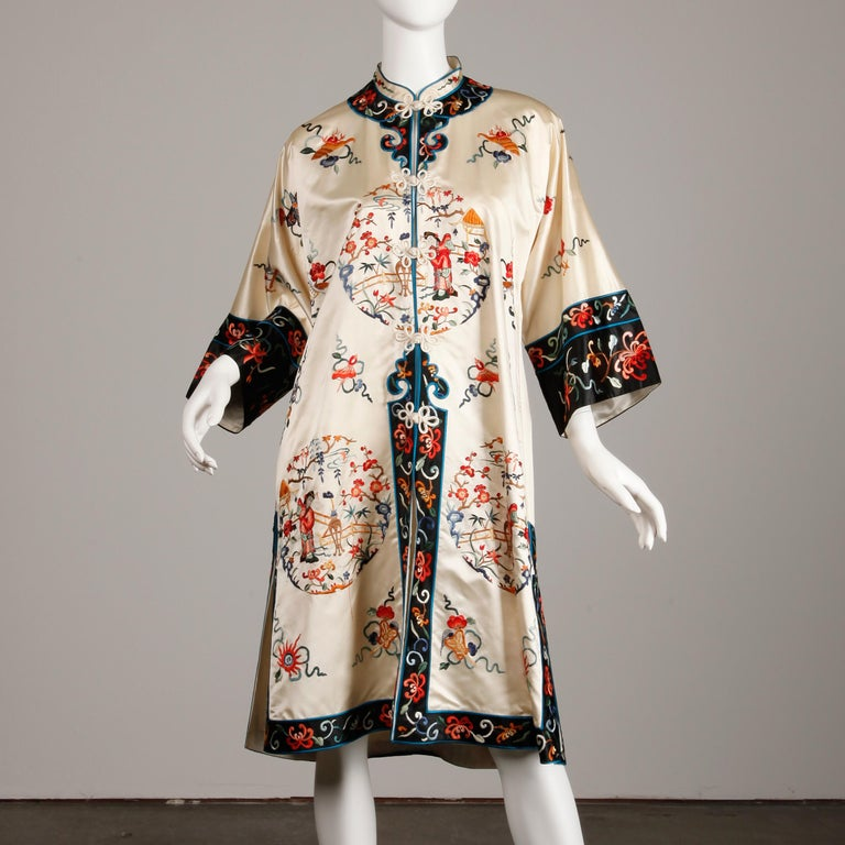 Pristine 20th C. Vintage Chinese White Embroidered Figures + Flowers Silk Robe  For Sale 4