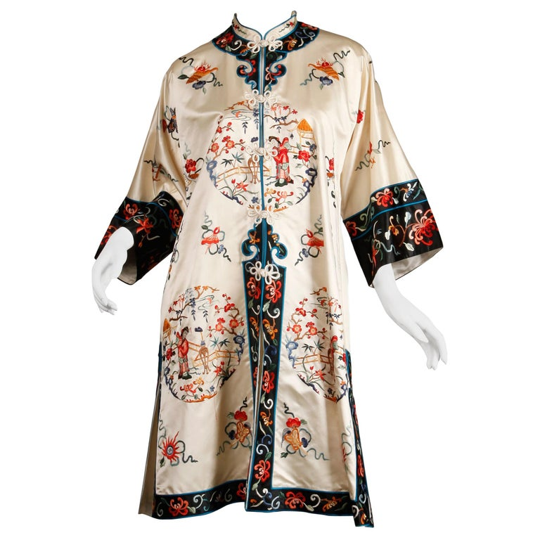 Pristine 20th C. Vintage Chinese White Embroidered Figures + Flowers Silk Robe  For Sale