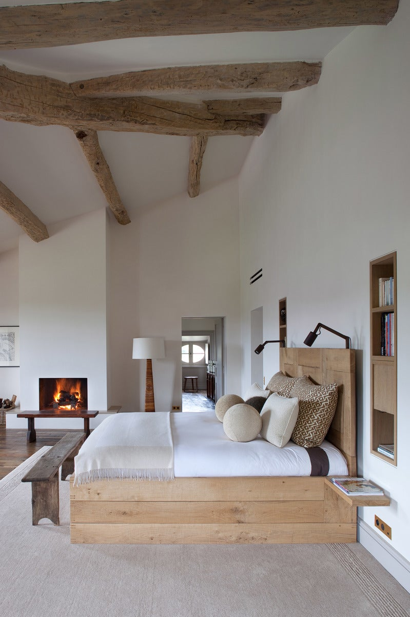 Arts and crafts bedroom in fr by pierre yovanovitch for Arts and crafts bedroom