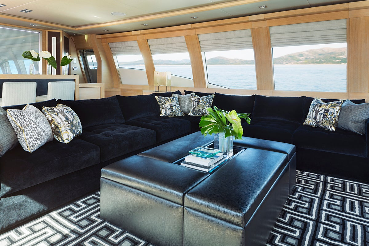Palmer johnson motorboat by peter mikic interiors for Yacht interior design decoration