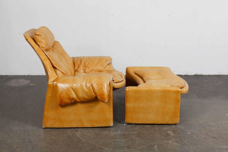 Lounge chair and ottoman in original light caramel leather designed by Vittorio Intrioni as part of the the Proposal Series for Saporiti, Italy, 1960s, model P-60. Chair and ottoman have a really nice patina to them with some fading of the color of