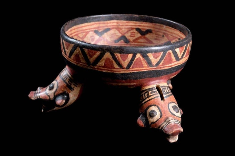 Published Polychromed Rattling Tripod Bowl - Guanacaste, Costa Rica (600-900 AD) In Excellent Condition For Sale In San Pedro Garza Garcia, Nuevo Leon