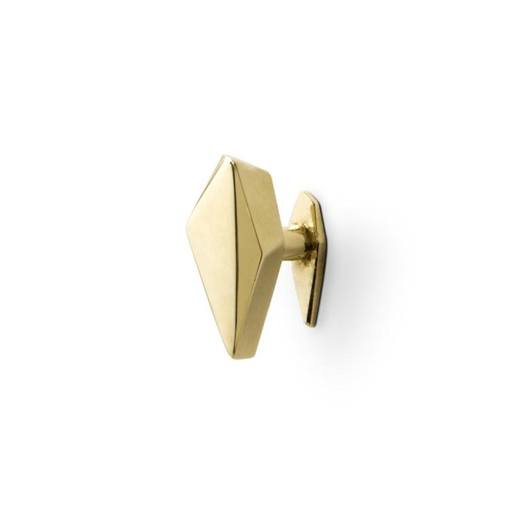 The world of diamonds was the key factor that led us to our furniture drawer handle Karat. Is extravagant in its modern form and draws down the same state of purity and uniqueness a cut diamond does. Inspired in the fineness of a precious metal,