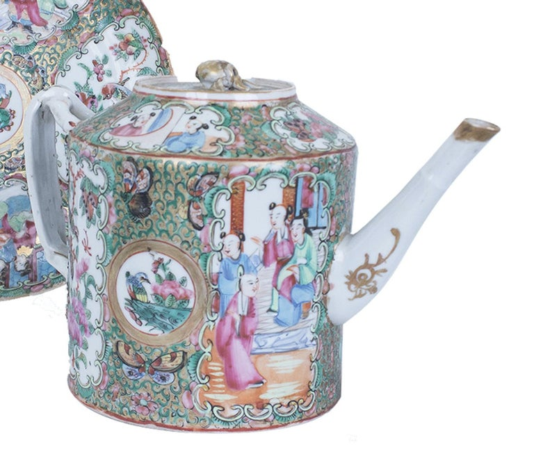 This Qingdynasty cantonese teapo is a beautiful lot composed by two items.  China, end of 19th-beginning of 20th century.  Teapot: 15 x 21.5. Diameter 12 cm. Rim diameter 7.5 cm.  Saucer 20 cm diameter 2 cm height.  Both are decorated with