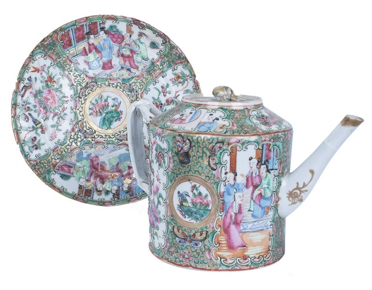 Qing Cantonese Teapot with Saucer, China, 19th Century In Good Condition In Roma, IT