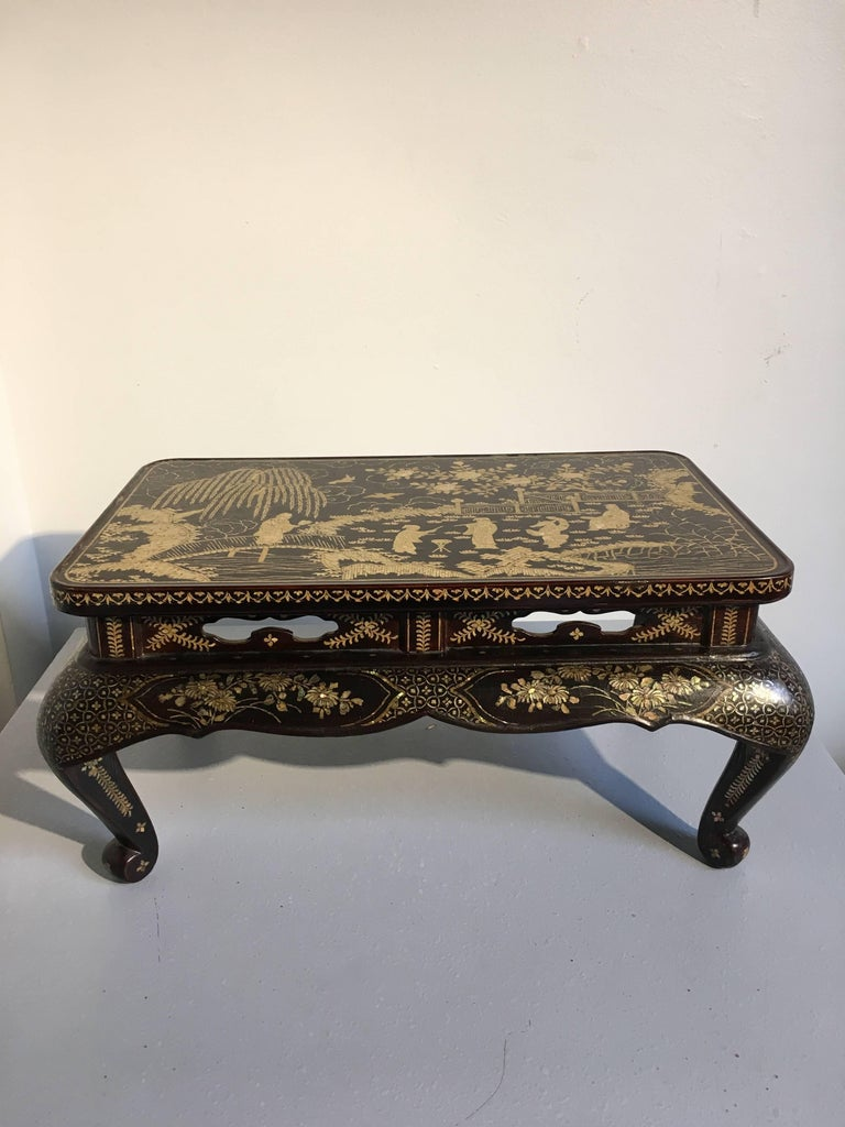 Qing Dynasty Chinese Lacquer and Mother-of-Pearl Small Table, 18th-19th Century In Good Condition For Sale In Austin, TX