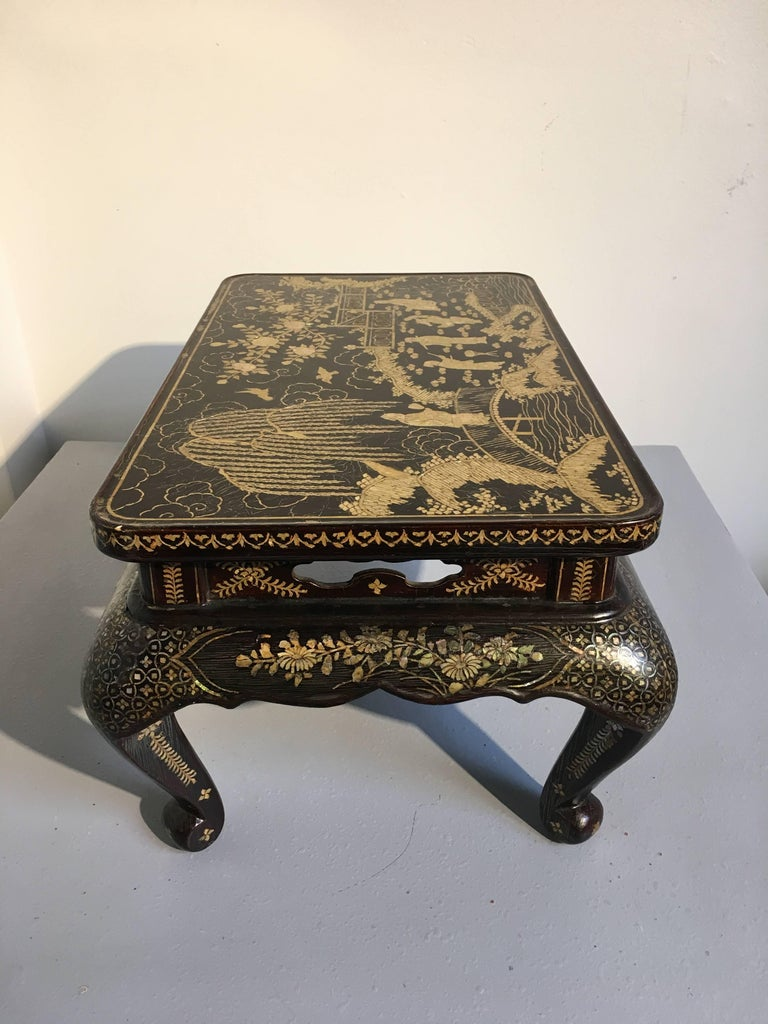 Qing Dynasty Chinese Lacquer and Mother-of-Pearl Small Table, 18th-19th Century For Sale 3