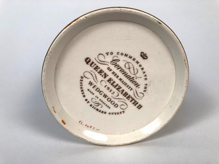 Queen Elizabeth II Commemorative Coronation Mug by Richard Guyatt for Wedgwood For Sale 5