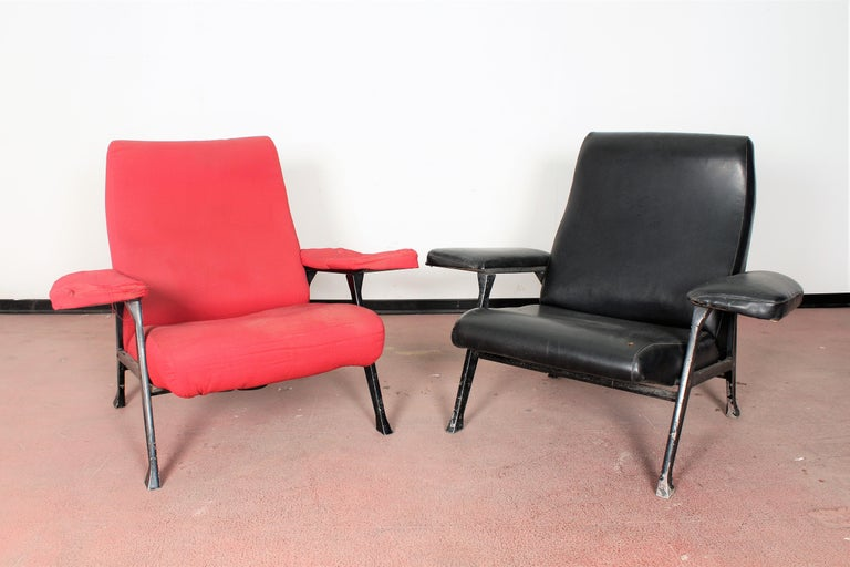 Italian R. Menghi by Arflex Midcentury Red Fabric and Black Skai Pair of Armchairs, 1958 For Sale