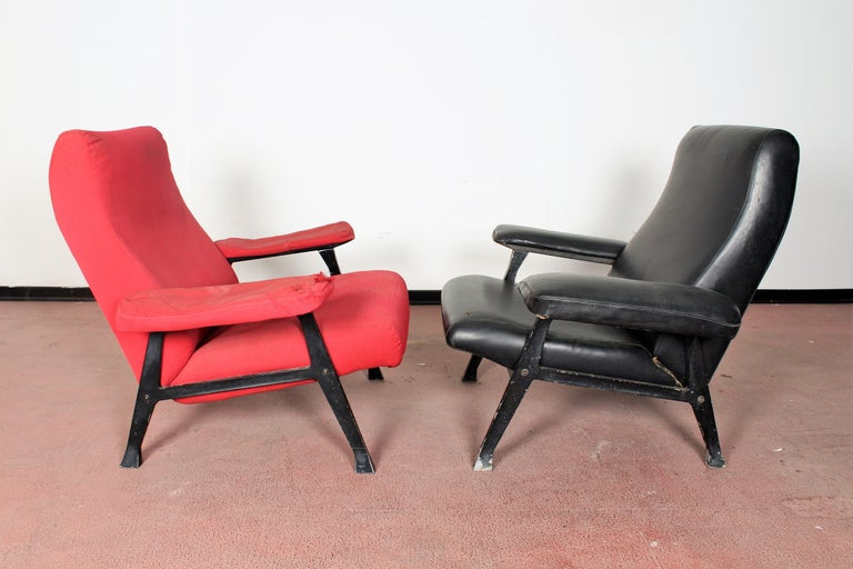 R. Menghi by Arflex Midcentury Red Fabric and Black Skai Pair of Armchairs, 1958 In Fair Condition For Sale In Palermo, IT