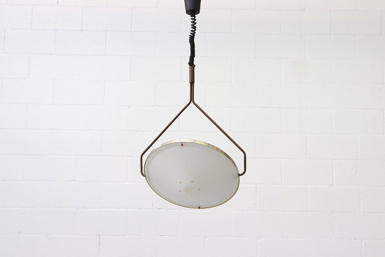 Beautiful 1970s RAAK Kompas ceiling lamp with anodized aluminum and plexiglass. Groundbreaking design with height adjustable suspension frame and independently rotating light source for effortless light redirection. Functional and stylish in