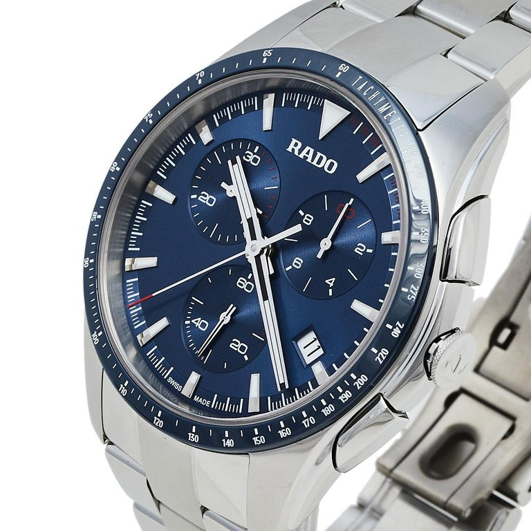 This wristwatch from Rado is functionally represented in a subtle fashion. Created from stainless steel, this watch flaunts a round case. It follows a quartz movement and has a blue dial with hour markers, hands, a date window, a chronograph, a