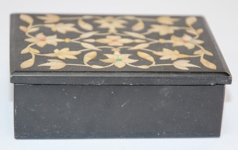 Rajasthani Black Marble Inlay Trinket Box Pietra Dura India In Good Condition For Sale In North Hollywood, CA