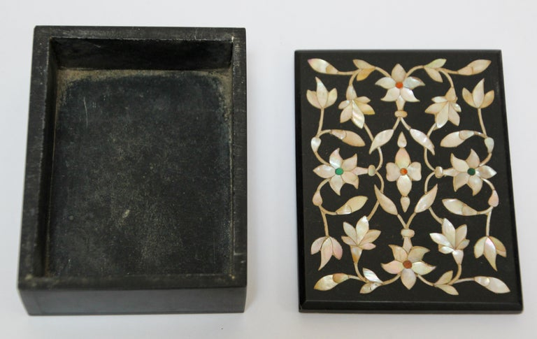 20th Century Rajasthani Black Marble Inlay Trinket Box Pietra Dura India For Sale