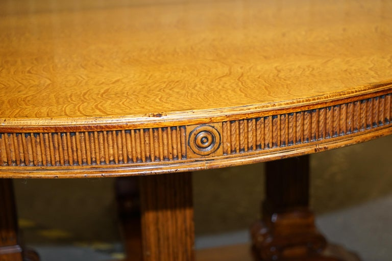Ralph Lauren Hither Hills 6-10 Person Large Round Extending to Oval Dining Table In Good Condition For Sale In London, GB