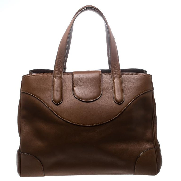 This Ralph Lauren bag is an exquisite piece that is classy and strong. It is an excellent, leather item to own. This Ricky bag is accented with signature silver-tone lock closure that opens to a sizeable interior that can stow all your basics. The