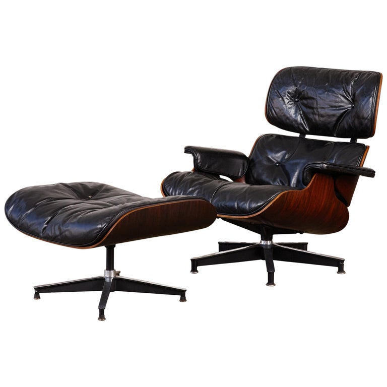 A rare 1956 first year production of the iconic 670/671 lounge chair with spinning ottoman by Ray and Charles Eames for Herman Miller. The spinning ottoman was only made during the first round of production because shortly thereafter, Ray and