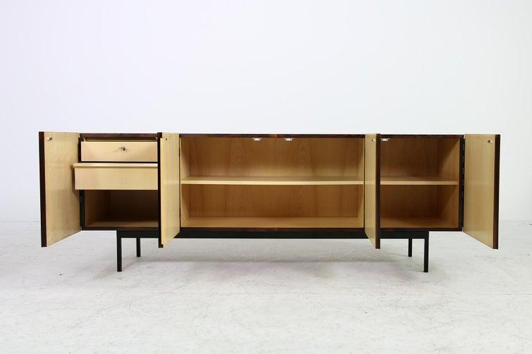 Seltenes 1960er Jahre Minimalistisches Sideboard auf Metallbasis mit Schubladen, Mid-Century Modern 6