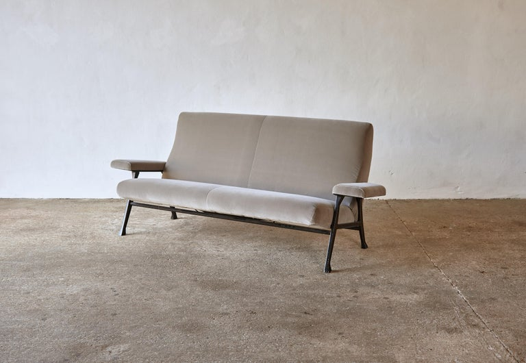 An original and rare early Roberto Menghi hall sofa, produced by Arflex, Italy, 1950s. Newly upholstered in silver / grey velvet. The sofa is very comfortable and in good structural condition, with minor age related signs of age to the metal frame.
