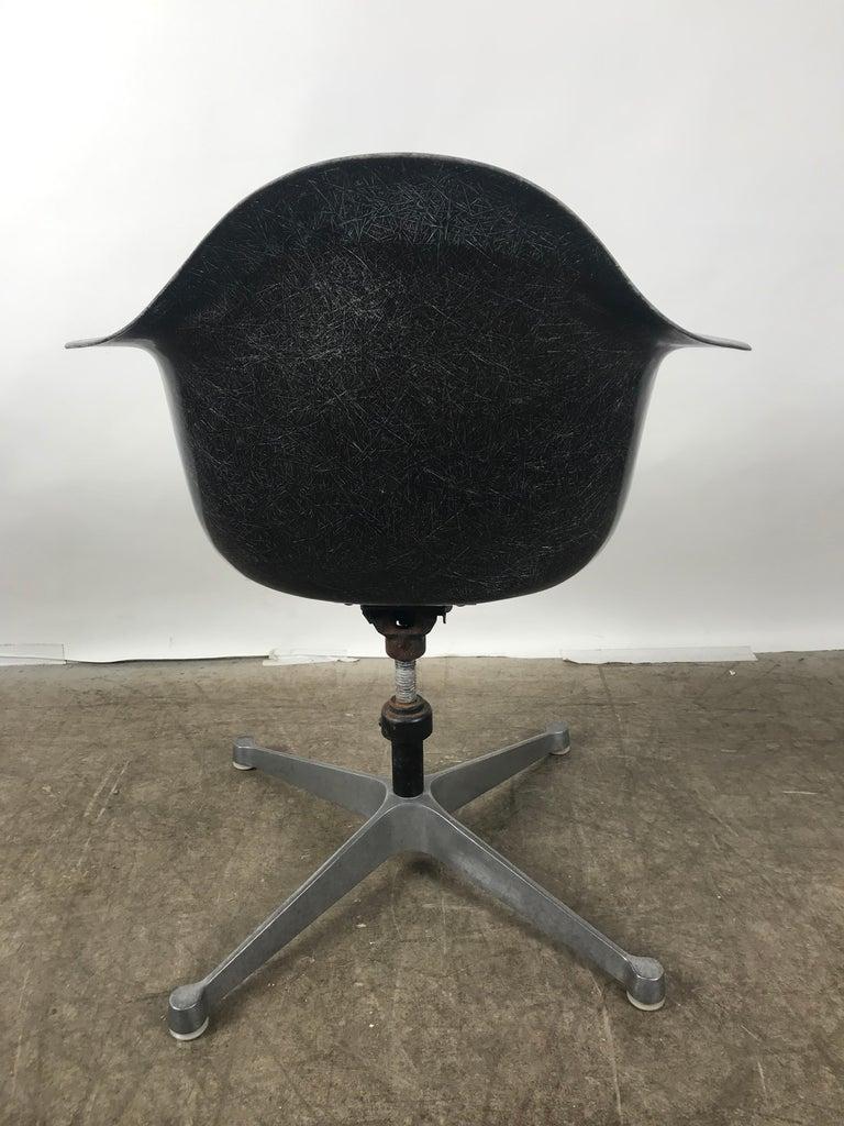 Mid-Century Modern Rare Black Fiberglass Tilt Swivel Arm Shell, Aluminium Base DAT by Charles Eames For Sale