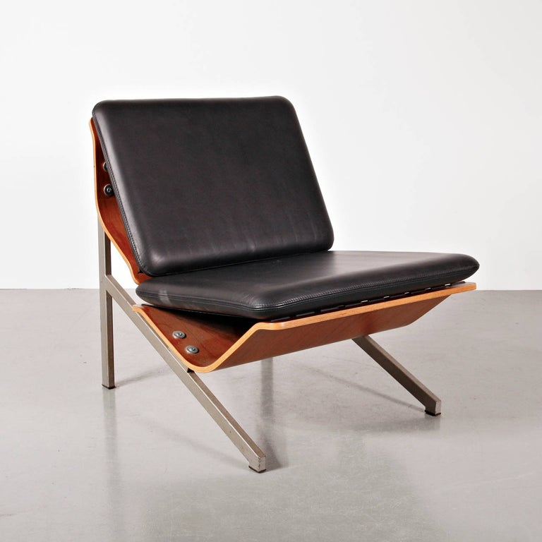 Easychair, model FM50 designed by Cornelis Zitman in 1964. Produced by Pastoe (Netherlands) in limited edition because of the expensive manufacturing process at that time. Angled tubular metal frame, shaped plywood shells and leather