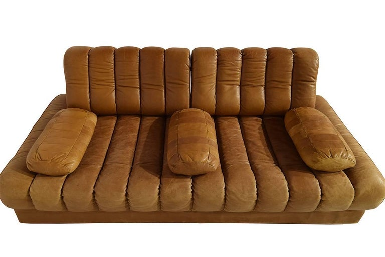 Very rare early edition De Sede DS 85 cognac leather sofa and daybed. Swiss design from 1970s, this sofa is from the original owner who bought it in the 1970s. It's a decorative and very comfortable design piece, and as an extra the sofa turns
