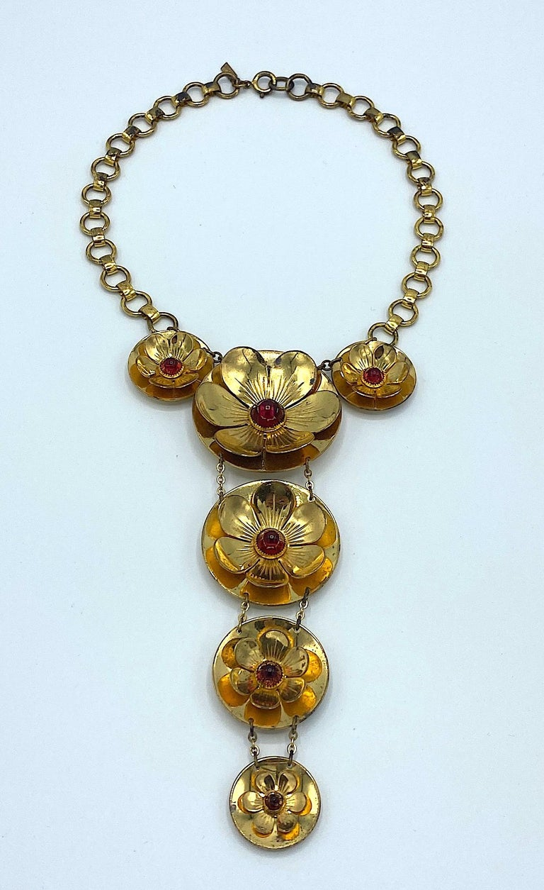 A lovely and very early necklace by US fashion jewelry company Monet Jewelers. Today, the 100 year old company is simply nows as Monet. This necklace is rare and true collector's piece dating from the late 1930s to early 1940s. The necklace features