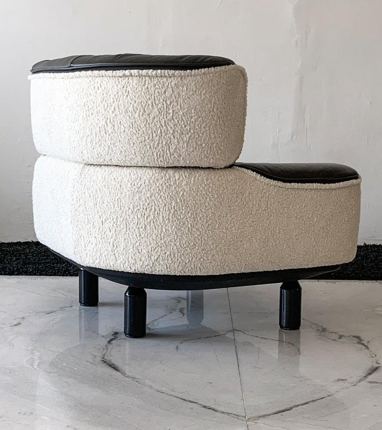 Rare Gianfranco Frattini Cassina Bull Chair in Black Leather and White Boucle For Sale 4