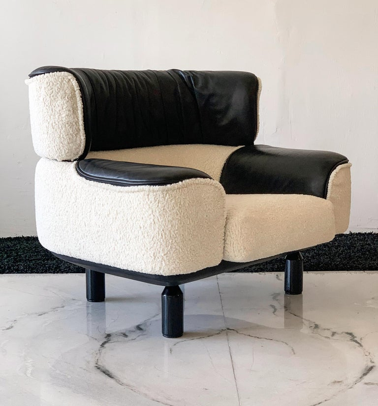 Post-Modern Rare Gianfranco Frattini Cassina Bull Chair in Black Leather and White Boucle For Sale