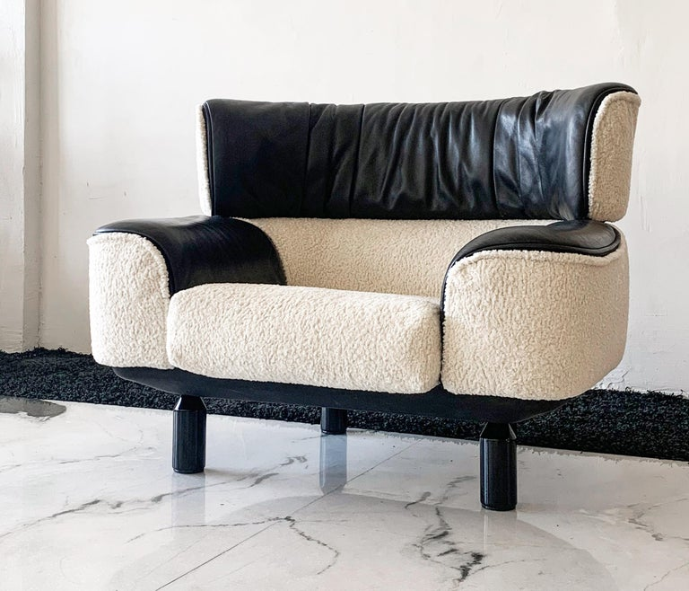 Italian Rare Gianfranco Frattini Cassina Bull Chair in Black Leather and White Boucle For Sale