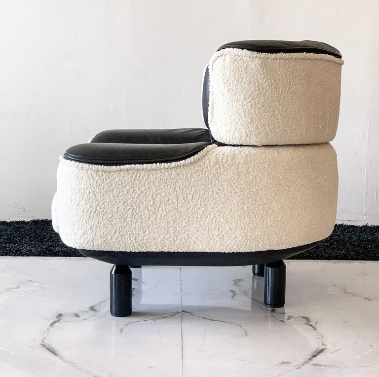 Rare Gianfranco Frattini Cassina Bull Chair in Black Leather and White Boucle For Sale 1