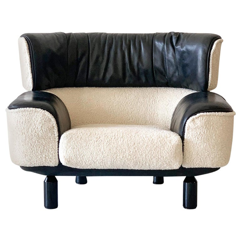 Rare Gianfranco Frattini Cassina Bull Chair in Black Leather and White Boucle For Sale