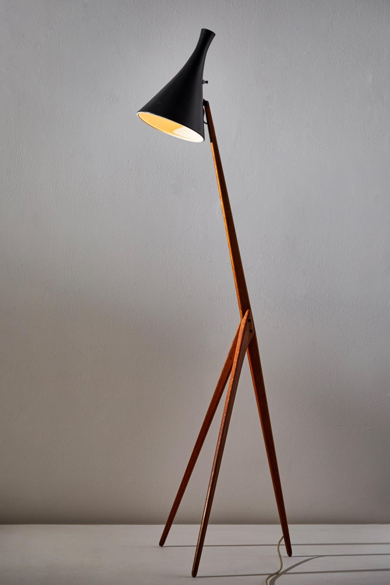Rare Giraffe floor lamp by Uno & Östen Kristiansson for Luxus. Designed and manufactured in Sweden, circa 1950s. Original cord with U.S. plug. Oak with rare adjustable metal shade. Takes one E26 100w maximum Edison bulb. Bulbs provided as a one time