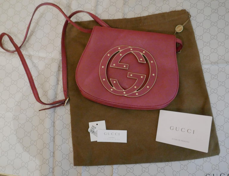 Rare Gucci Soho Pink Leather Messenger Shoulder Bag Purse    Authentic Rare Gucci Soho Pink Leather Messenger Shoulder Bag Purse    The bag has front flap with press stud closer and large Gucci leather and brass studded Logo There is an inner pocket
