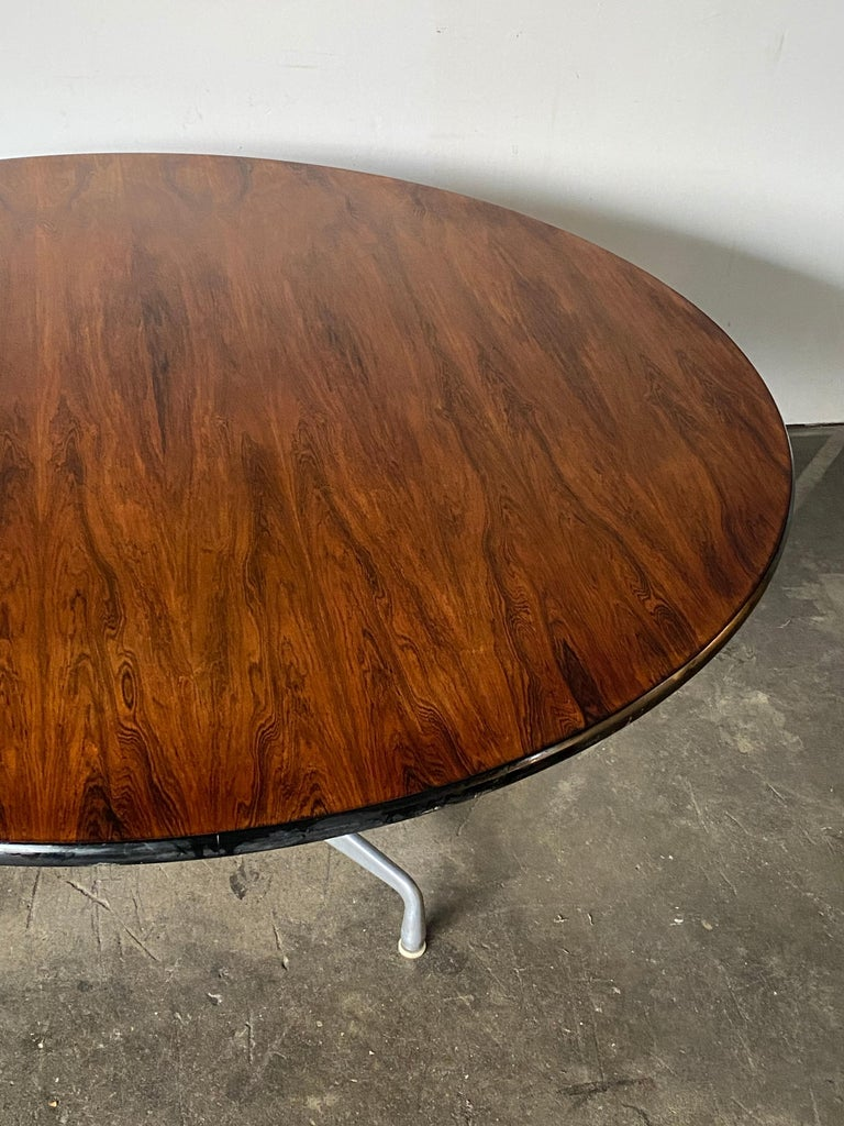 Rare Herman Miller Eames Round Dining Table in Rosewood In Good Condition For Sale In Brooklyn, NY