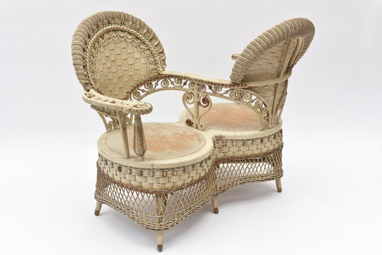 Rare Heywood Brothers and Wakefield Victorian Wicker Conversation Gossip Chair In Good Condition For Sale In Miami Beach, FL