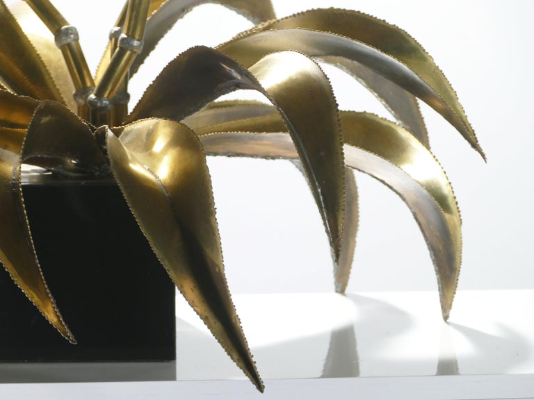 Rare Iconic Maison Jansen Brass Flower Lamp, 1970s In Good Condition For Sale In Paris, FR
