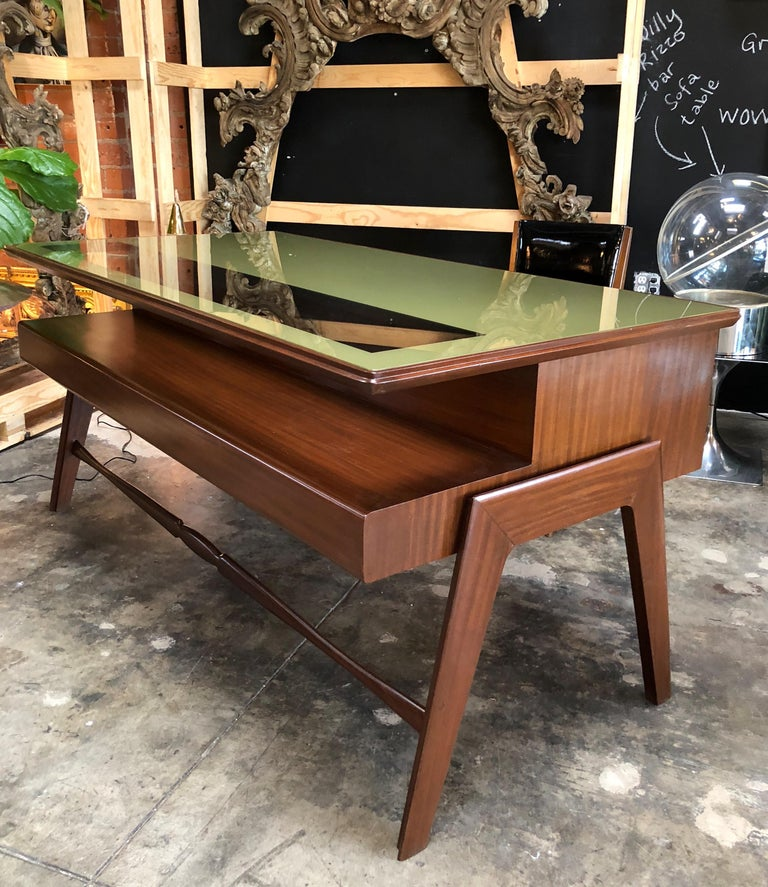 This rare Italian executive desk designed by Italian designer Vittorio Dassi is a model type produced in Italy in the 1950s and specifically dedicated to an audience formed by professionals and senior managers. It has a rosewood structure with