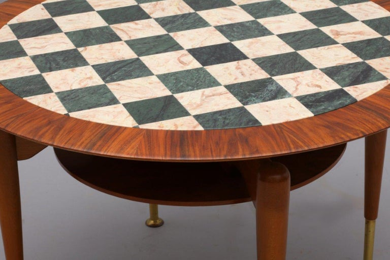 Rare coffeetable Italien 1950 plate with marble inlaid square brass shoes, beech wood legs.