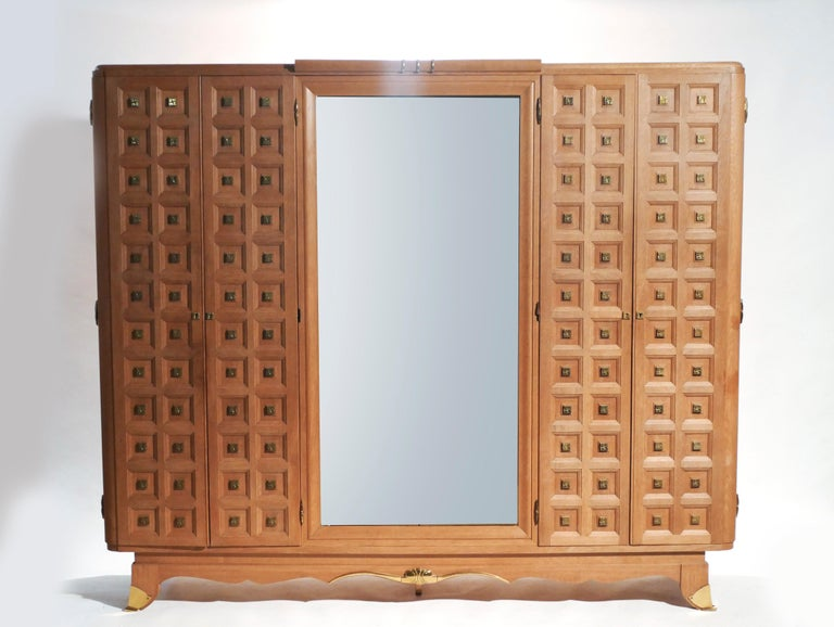 Rare Large Mirrored French Art Deco Wardrobe in Solid Oak and Brass, 1940s In Good Condition For Sale In Paris, FR