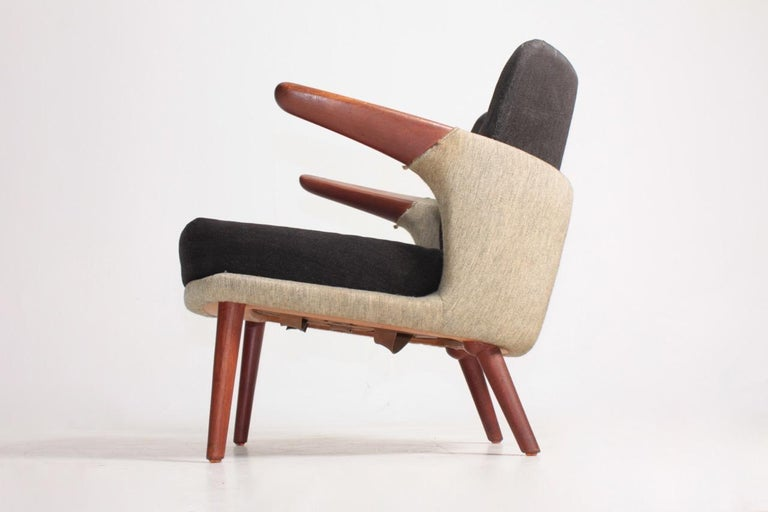 Lounge chair in fabric and teak, model 423 designed in 1954 by Maa. Ib Kofod Larsen, edited by Christensen & Larsen Cabinetmakers. Original condition.